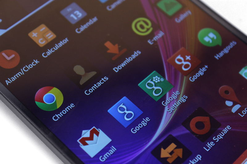 Look closely at the icons - particularly Chrome, Contacts and Google - and you can see the graininess apparent on the G Flex's display. Both this image and the one above it was shot at ISO 400 using a Canon EOS 600D.