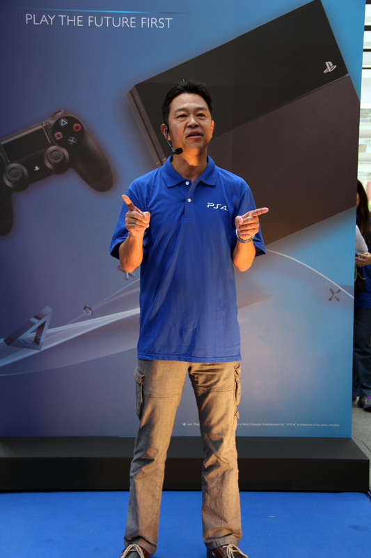 Sony Computer Entertainment Japan Asia Deputy President, Hiroyuki Oda, was at the event to thank the crowd for its support and to congratulate Mr. Tan for being the first person in Singapore to locally purchase a Playstation 4.