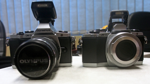 The EM-10 (right) is slightly shorter in both height and length when compared to the E-M5 (left). Do take note that the E-M10 also comes with a built-in popup flash.