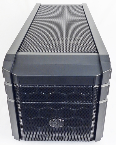 The mesh-covered facade of the HAF 915R mini-ITX chassis ensures good ventilation.