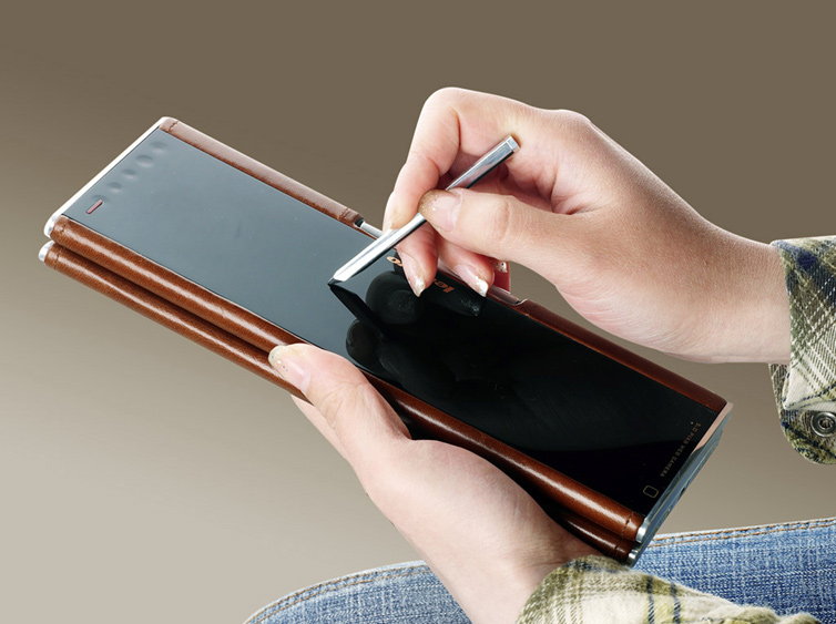 The soft hinge allows the Pocket Yoga to be transformed into a tablet instantly.