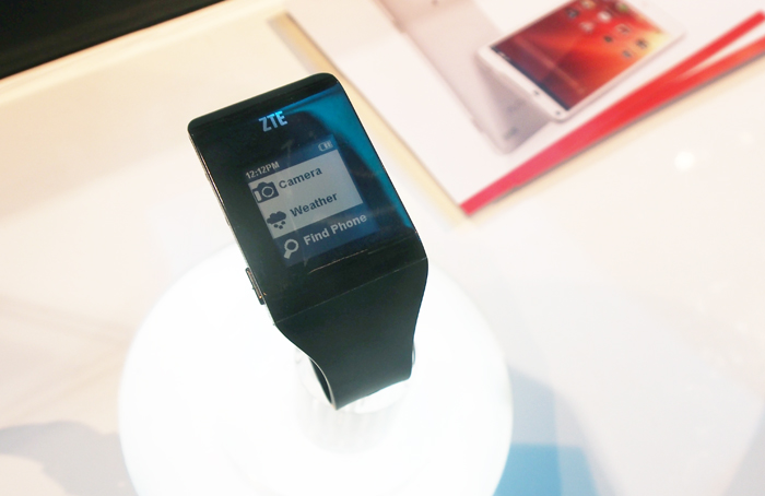 ZTE's new 'Bluewatch' smartwatch bears more than a passing resemblance to the Pebble smart watch.