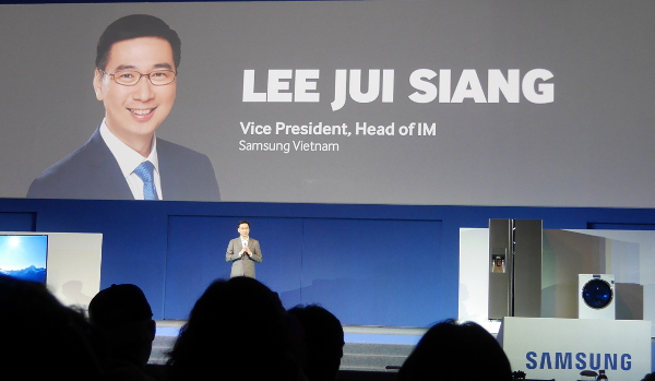 Mr Lee Jui Siang, the Vice President as well as the head of IM, Samsung Vietnam, introducing the Samsung NotePRO and TabPRO tablets.