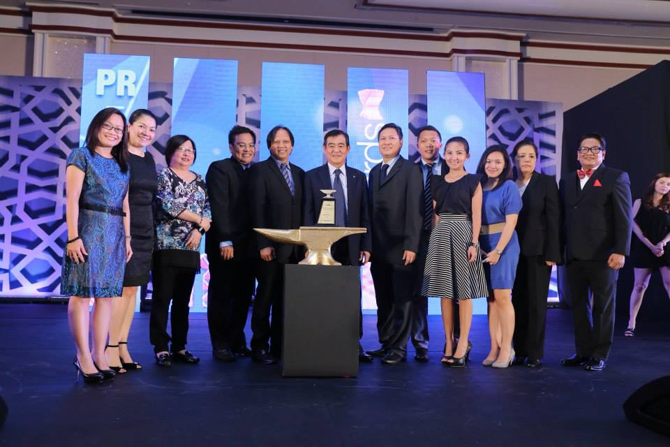 Canon and Havas PR Agatep, led by CMPI's CEO and President Alan Chng (sixth person from left), received the Anvil Award of Excellence bestowed on the annual Canon PhotoMarathon at the 49th Anvil Awards.