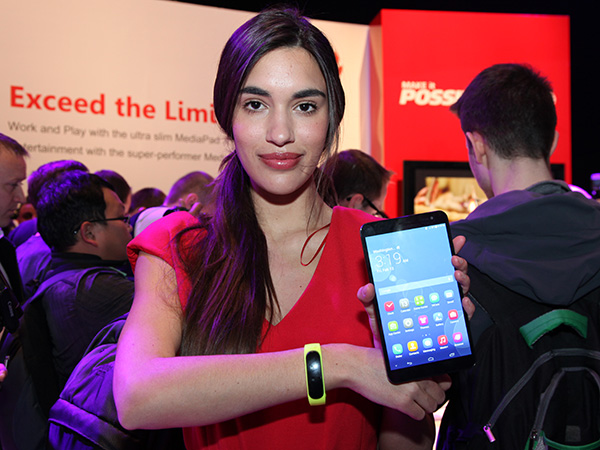 At launch, the Huawei TalkBand B1 will only work exclusively with the newly announced Huawei MediaPad X1 tablet. Future software updates will enable the TalkBand to work with other Android devices, as well as the iPhone too.