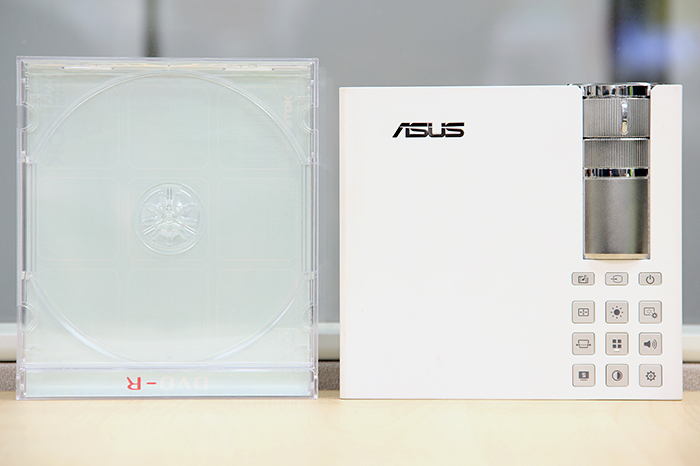 Saying the P2B is 142.5mm long, 130mm wide, and 34.6mm tall doesn't convey much. Simply put, it has a footprint comparable to a CD or DVD jewel case.
