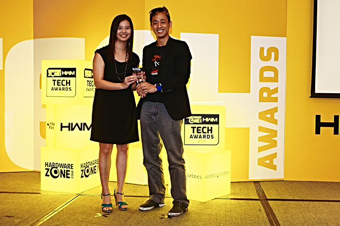 Here's Mr. Joseph Wee, Marketing Manager for local outfit Aftershock, receiving the trophy from the hands of Ms. Pang Lee Cheng. Aftershock took home two Editor's Choice awards for Best Enthusiast Gaming Notebook (Aftershock Titan) and Best Portable Gaming Notebook (Aftershock XG13).
