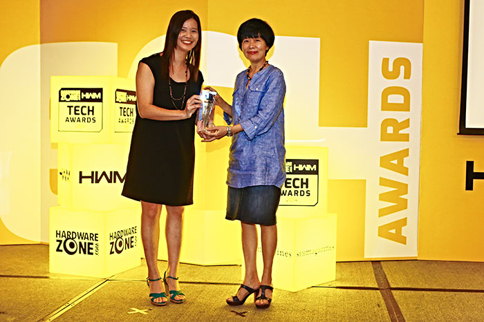 Creative's Airwave HD won the Editor's Choice award for Best Wireless Portable Speakers. Here's Ms. Wynne Leong, Director, Corporate Communications for Creative, receiving the trophy.