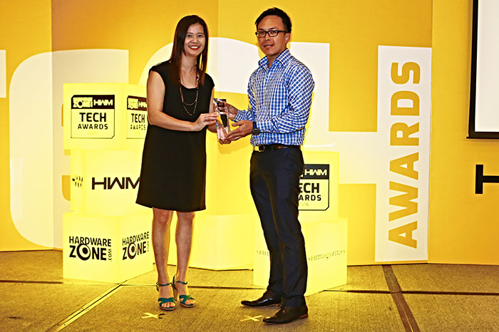 Epson came out on top in the Best Business Projector Brand polls. Here's Mr. Daren Low, Product Manager for Epson projectors, receiving the award.