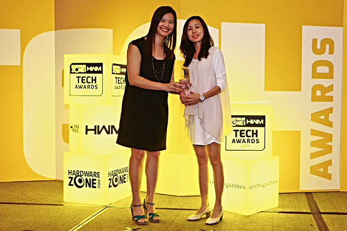 Kingston took home the Readers' Choice award for Best PC Memory Brand. Here's Ms. Carmen Lee from Convergent Systems, receiving the trophy on behalf of Kingston.