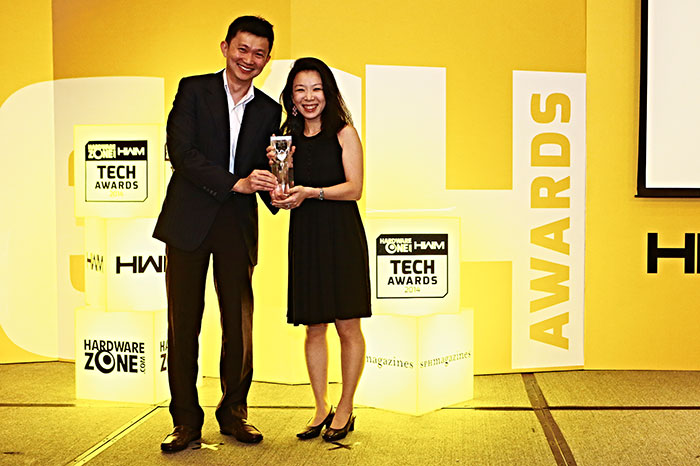The Nokia Lumia 1020 got an Editor's Choice award for Best Camera Smartphone. Here's Ms. Lee May May, General Manager for Nokia, receiving the trophy from Dr. Jimmy Tang.