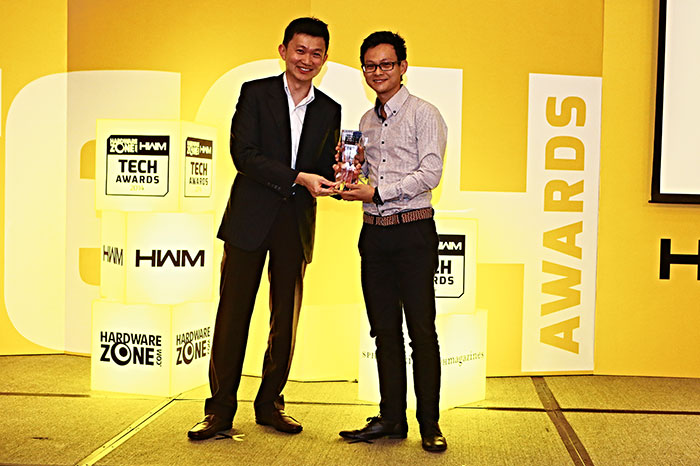 Olympus' OM-D E-M1 mirrorless camera took home an Innovation award from the Editor's Choice segment. Here's Mr. Leonard Goh, Channel Marketing Manager for Olympus, receiving the award.