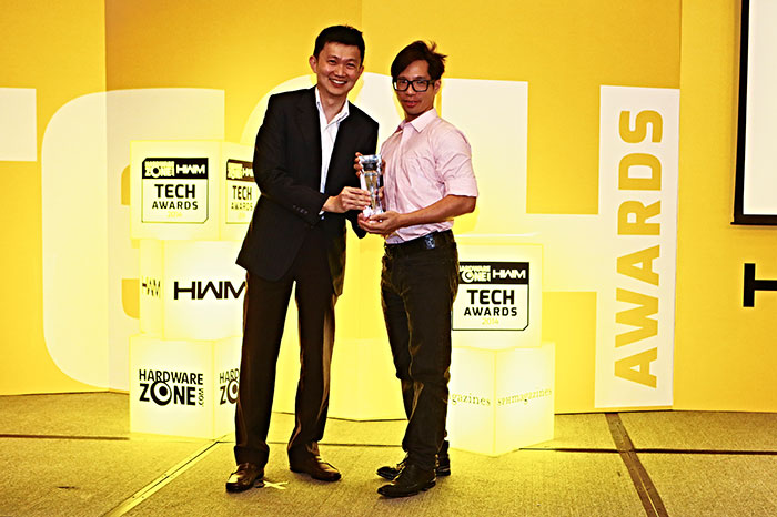 The Philips Fidelio HTL9100 won the Editor's Choice award for Best Sound Bar System. Here's Mr. Malvin Foo from Woox Innovations Singapore (Philips), receiving the award.