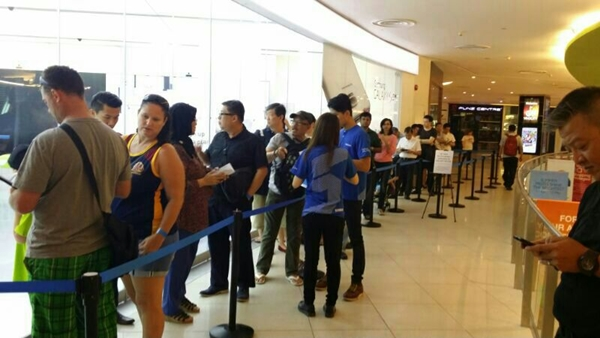 There was a queue outside the Samsung Experience Store at VivoCity earlier this morning. <br> Image source: Samsung