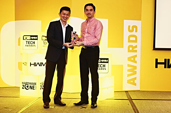 The Shure SE215 Special Edition won the Editor's Choice award for Best In-Ear Earphones. Here's Mr. Teddy Ho, Senior Account Manager for GrandTech Systems, receiving the trophy on behalf of Shure.