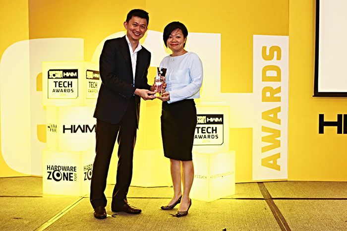 StarHub TV was once again voted Singapore's best pay TV service. Here's Ms. Lin Shu Fen, Head of Entertainment & Smart Life at StarHub, receiving the award.