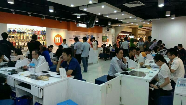 The M1 Roadshow at Wisma Atria was also filled with customers getting the Samsung Galaxy S5.