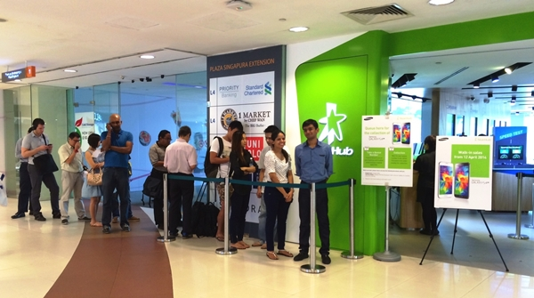 Several people were in queue at the StarHub Shop in Plaza Singapura.