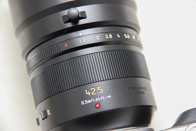 The aperture ring smoothly clicks into place at each step.