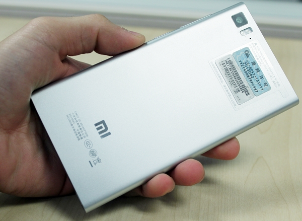 Looks can be deceiving; the Xiaomi Mi 3 does not have a metal rear. It's actually plastic.