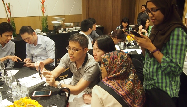 Attendees shared tips among themselves on using the ASUS ZenFone 5.