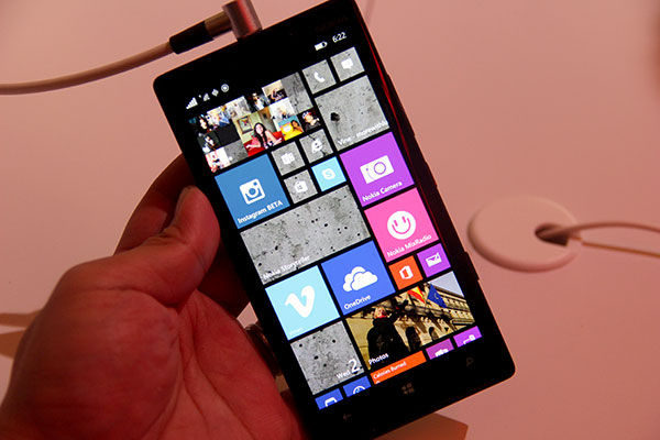 Blacks look darker on the Lumia 930 thanks its AMOLED screen.