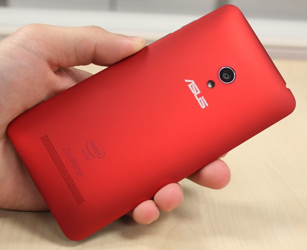 ASUS really does a fantastic job with the rear of the ZenFone 5: it looks stunning (especially the red one) and it's comfortable to hold.