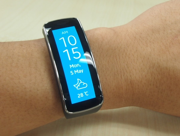 The Gear Fit not only looks stylish, it feels great on our wrist.