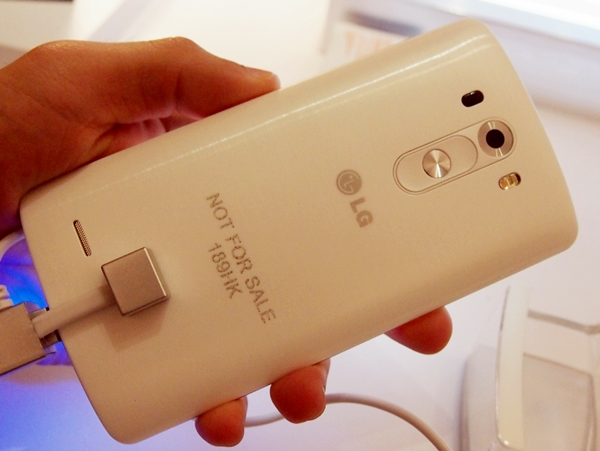 The rear of the LG G3 remained clean after being manhandled by many journalists at the event.