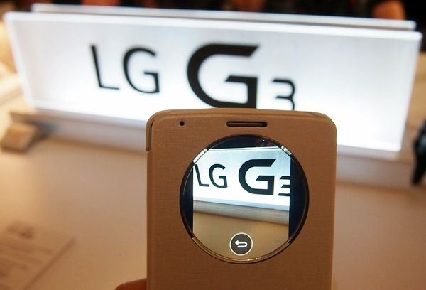 You can take photos with the LG G3 through the circular window of the QuickCircle case.