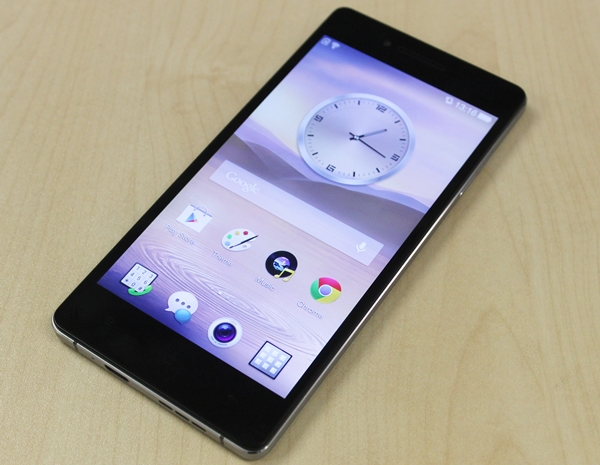 Is this an Apple iPhone or Sony Xperia knock-off? No, it is the Oppo R1.