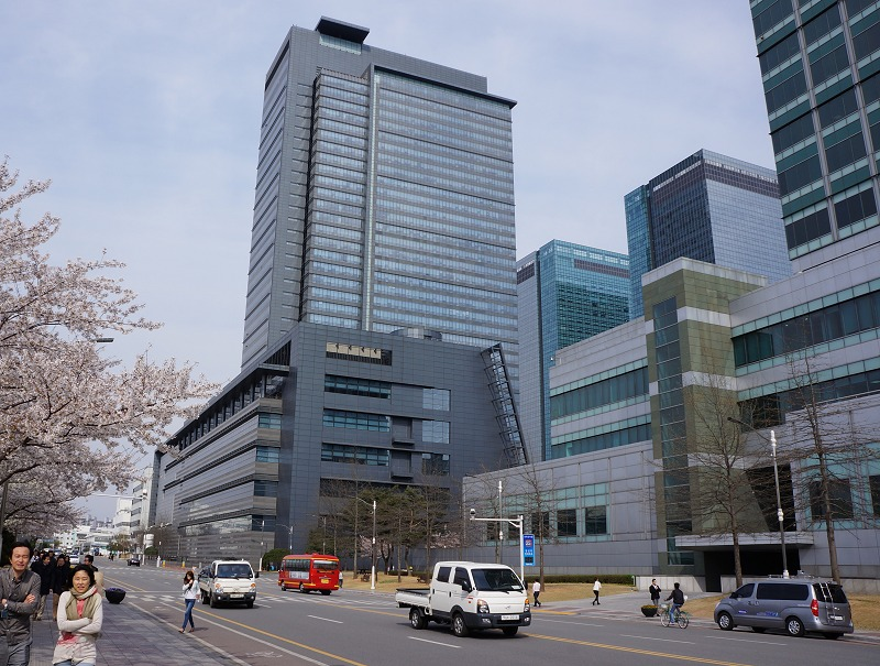 A street within Samsung's Digital City in Suwon. A self-contained city, it has massive office towers, R&D centers, manufacturing and recycling complexes. It even has its own electronic magnetic interference (EMI) test chambers to ensure completed products are qualified safely within the campus.