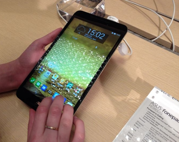 The more affordable ASUS Fonepad 8 comes in black, white, red and gold color options.