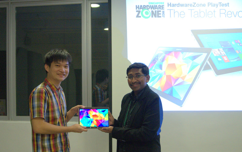 HardwareZone Editor Vijay presenting the prize to the winner who answered our tie-breaker question correctly.