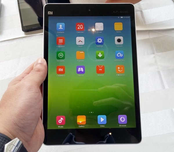 The Xiaomi Mi Pad looks like a plastic clone of the Apple iPad Mini with Retina Display.