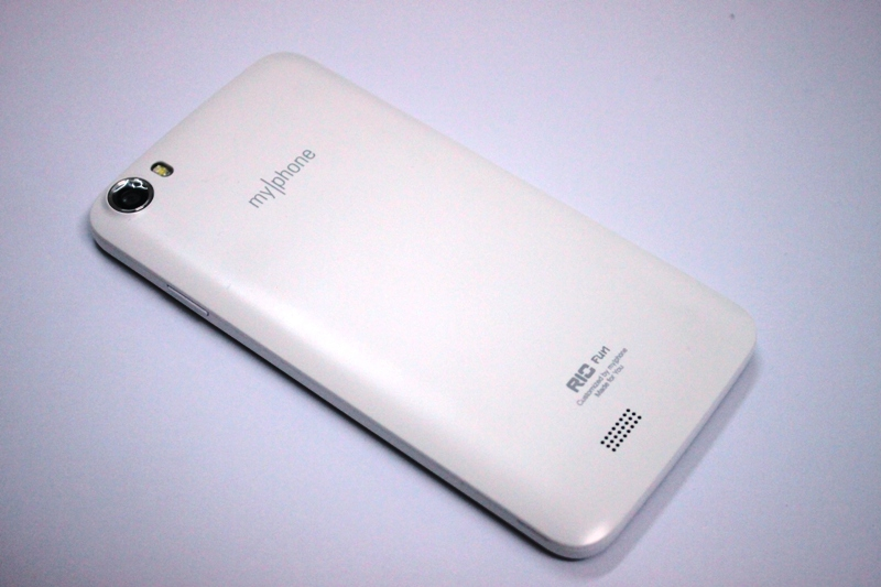 The back of the phone is rounded to facilitate handling. Protruding on the back is the camera equipped with flash.