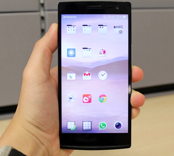 Handling the 5.5-inch Find 7 series can be tricky especially if you have smaller hands.