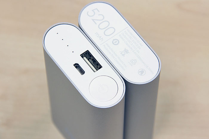 USB ports, status indicator, power check button - yup, they're all there.