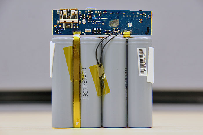 Say, what do we have here? That's four LG (LGABB41865) battery cells, each 2,600mAh, for a total of 10,400mAh.