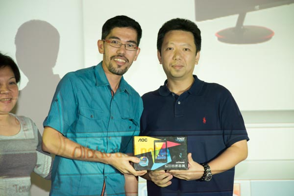 AOC Sales Director for Philippines and Malaysia Kan Yeung hands over the AOC MW0738 which was raffled off during the press event.