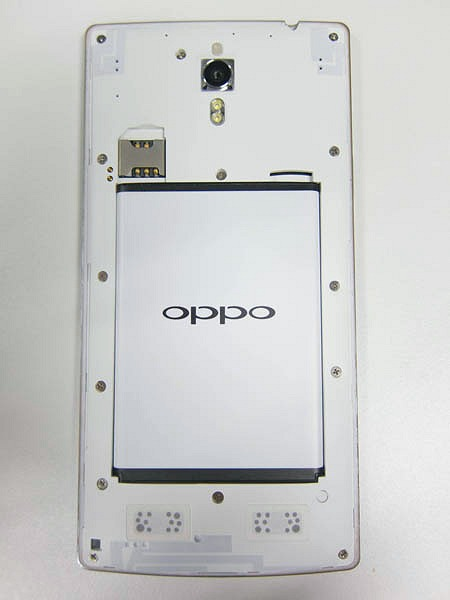 The innards of the Oppo Find 7 phones - you now get access to the removable battery, microSD memory card and micro-SIM card slots.