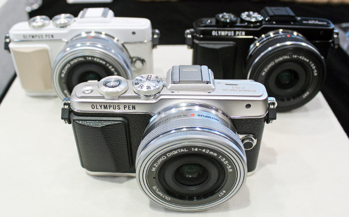 The Olympus E-PL7 comes in three color combinations.