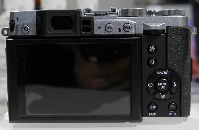 An EVF replaces the optical viewfinder found on the X-20.