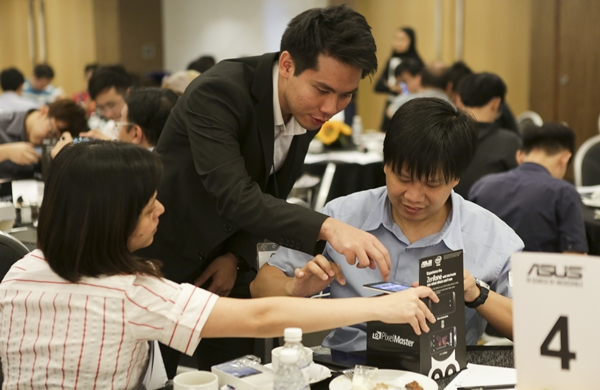 Derek guiding two participants how to use the Low Light mode of the ASUS ZenFone 5 LTE.