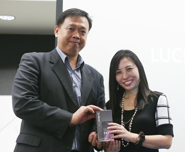 Mr. Hektor Tung, Regional Director for Smartphones at ASUS, presented a ZenFone 5 LTE to the lucky draw winner.