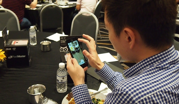 A participant trying out the camera on the ASUS ZenFone 5 LTE.