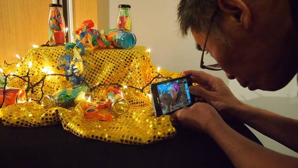 Demo booths with props were set up at the event for participants to express their creativity in photography.