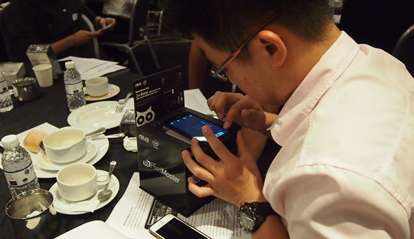 Participants were intrigued by the low-light capabilities of the ASUS ZenFone 5 LTE and put it to the test with a dark box.