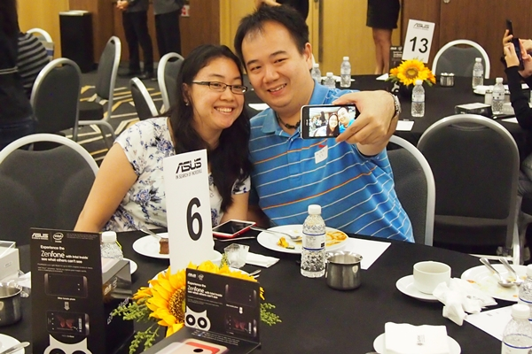 The couple was trying out the Selfie mode on the ASUS ZenFone 5 LTE where the rear camera was used to capture high resolution photos.