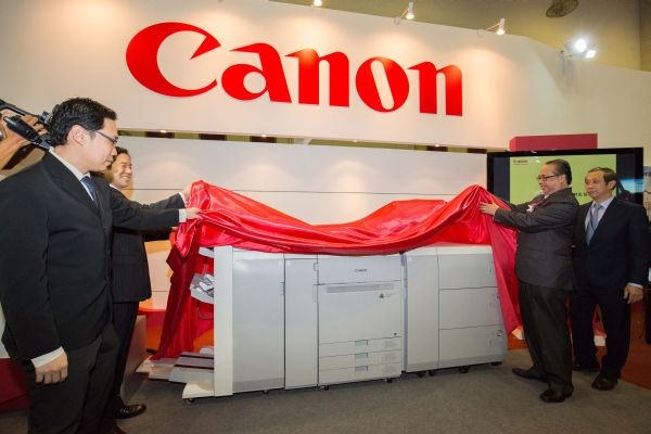 From L-R: Pang Yee Peng, Senior Manager of the Professional Printing Products Division (PPP) of Canon Marketing Malaysia; Wataru Nishioka, President & CEO, Canon Marketing Malaysia; Azemi Abdul Aziz, Director General of National Archives of Malaysia; and Philip Chew, Director & General Manager for Regional Commercial Printing Products Division of Canon Singapore Pte Ltd, unveiling the new imagePRESS C800 printer.